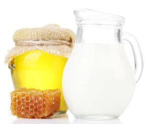 Теплое молоко с медом может справиться с болью в горле