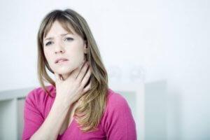 Боль в горле может быть вызвана бактериями, вирусами или аллергенами