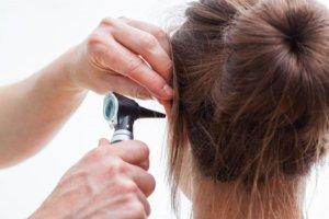 Существует ряд причин, которые могут вызвать чирей в ухе
