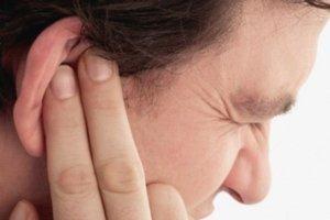 Покраснение кожи и болезненность в ухе – признаки формирования фурункула