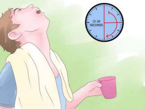 Регулярное полоскание горла позволит смыть с него имеющуюся слизь