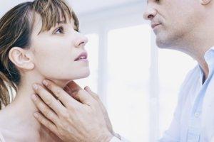 Лечение комплексное и зависит от формы заболевания