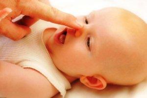Насморк у малыша может быть физиологически и патологическим