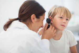 Отит может стать причиной менингита, мастоидита и абсцесса головного мозга