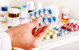 Антибиотики назначают при наличии бактериальной инфекции в горле