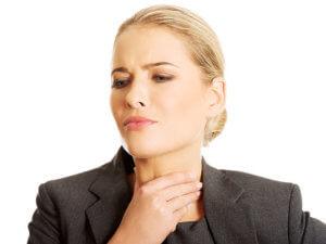 При ожогах слизистой горла процедуру полоскания проводить запрещено!