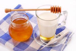 Молоко с медом – эффективное средство от сухого кашля