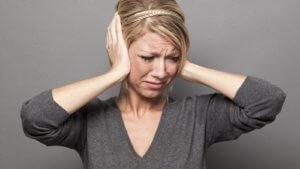Шум или звон в ушах может быть признаком разных заболеваний