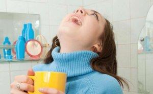 Полоскание горла поможет быстрее устранить симптомы недуга!