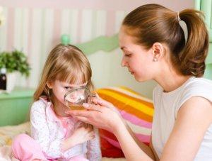 Теплый чай или молоко поможет снять приступ ночного кашля!