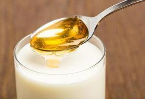 Устраняем першение в горле средством из теплого молока, масла и меда