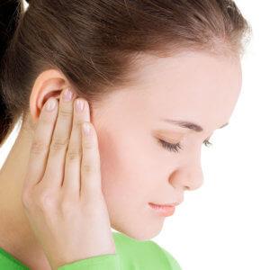 Сильная боль и чувство заложенности - первые симптомы «продутого» уха