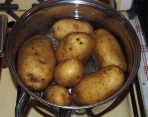 Картофель для процедуры нужно предварительно хорошо вымыть!