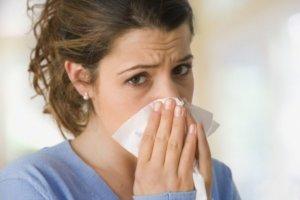 Ринит с примесями гноя, нарушение обоняния и температура – признаки инфекции