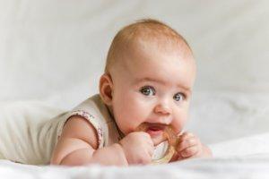 При прорезывании зубов иммунитет у ребенка ослабевает и на фоне оттого может возникнуть кашель