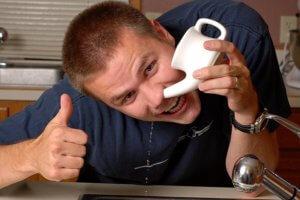 Промывать нос можно как медикаментозными, так и народными средствами