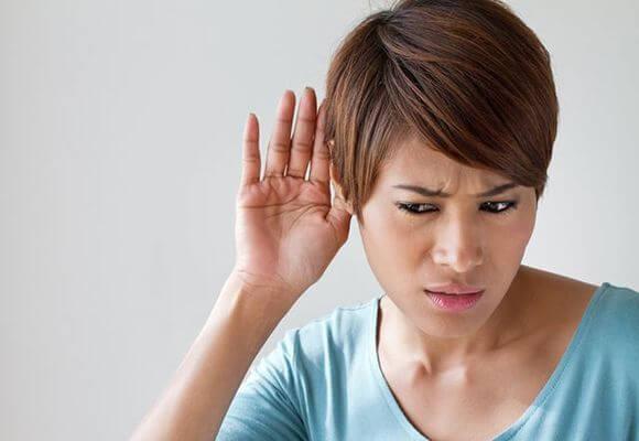 В правом ухе звенит – что это значит и что делать?