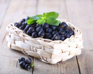 Быстрее вылечить инфекцию в горле помогут свежие ягоды и сок из черной смородины