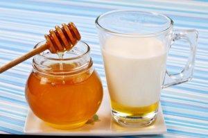 Теплое молоко с медом поможет быстрее вылечить кашель у ребенка