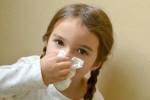 Насморк у ребенка может быть вызван вирусами, бактериями или аллергенами