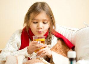 При боли в горле ребенку показано обильное теплое питье