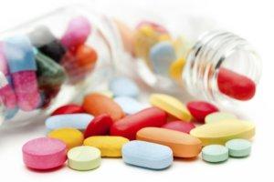 Антибиотики применяют при наличии бактериальной инфекции в горле