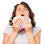 Насморк может быть вызван разными вирусами, бактериями и даже аллергенами