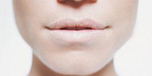 Чувство сухости во рту появляется при недостаточной выработке слюны