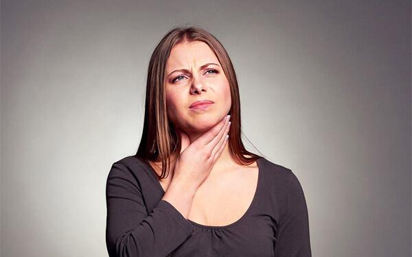 Что делать, когда першит в горле, как устранить неприятный симптом?