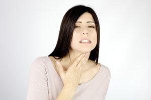 Используют раствор фурацилина при заболеваниях горла и полости рта