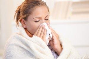 Постоянные выделения, заложенность носа и чихание – признаки острого ринита