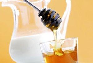 Теплое молоко с медом – эффективное средство от боли в горле