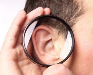 Прыщи на ушах могут быть вызваны разными причинами