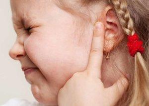 Сильная боль в ухе – основной признак отита