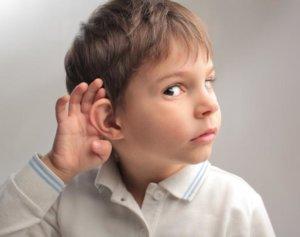 Боль в ухе у ребенка может быть признаком разных заболеваний