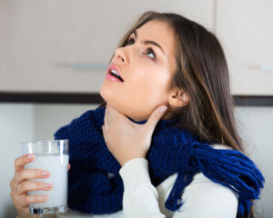 Полоскание горла поможет быстрее устранить неприятный симптом