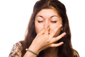 При несильном носовом кровотечении нужно пальцами прижать крылья носа к переносице