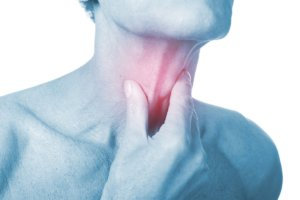 На фоне паралича гортани может развиться хроническая гипоксия