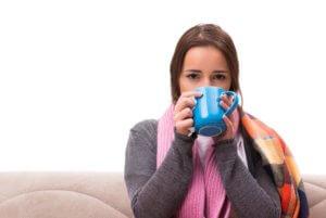 Снять приступ кашля помогут теплые напитки - молоко или чай