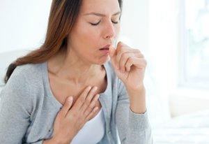 Очень сильный кашель может быть симптомом разных заболеваний дыхательных путей