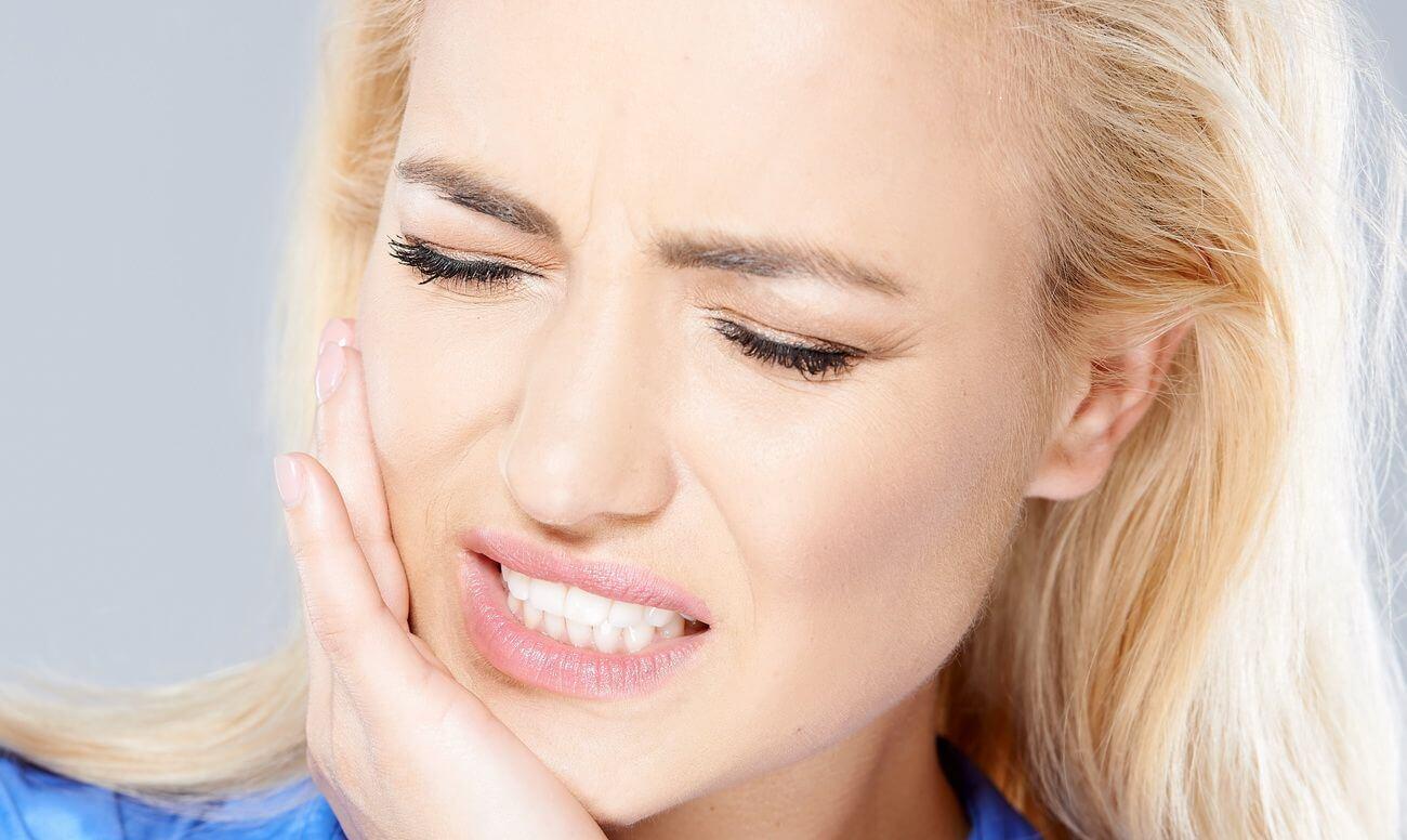 Болит челюсть возле уха — основные причины симптома