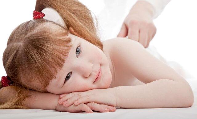 Ребенка лечат мазью