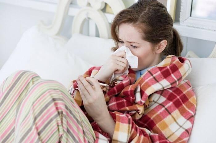 Чем лечиться от простуды кормящей маме и как не заразить малыша