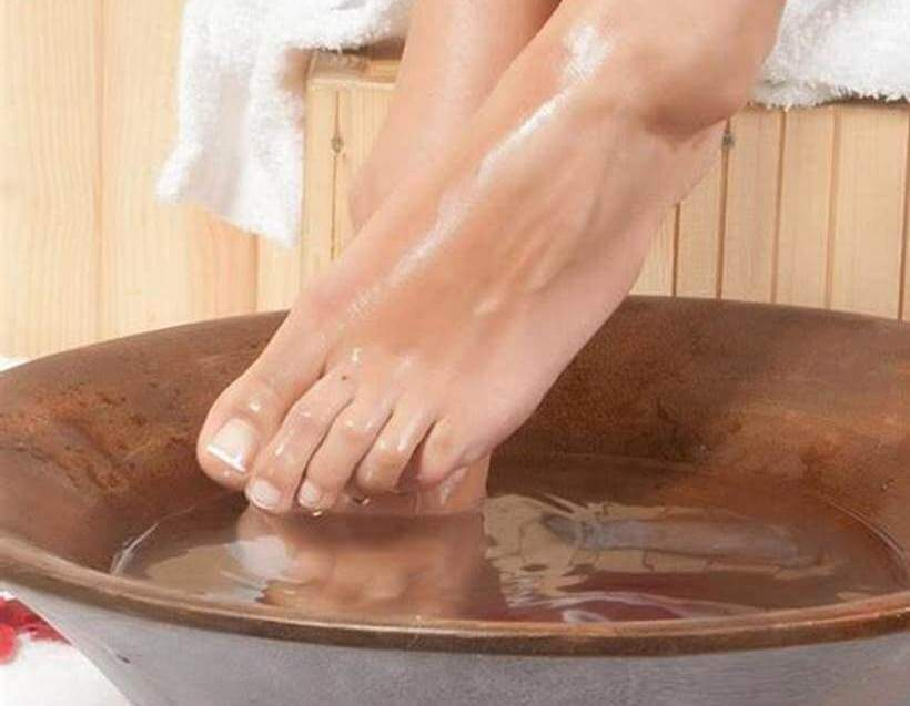 Можно ли при температуре парить ноги - польза и противопоказания