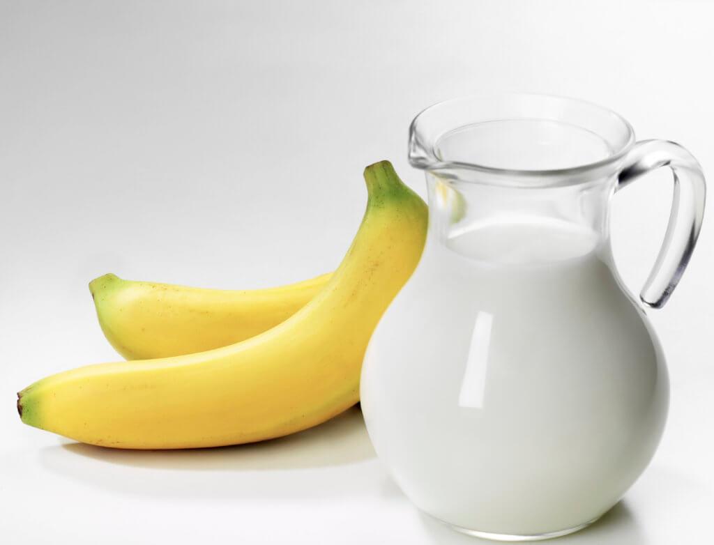 Кувшин с молоком и бананы