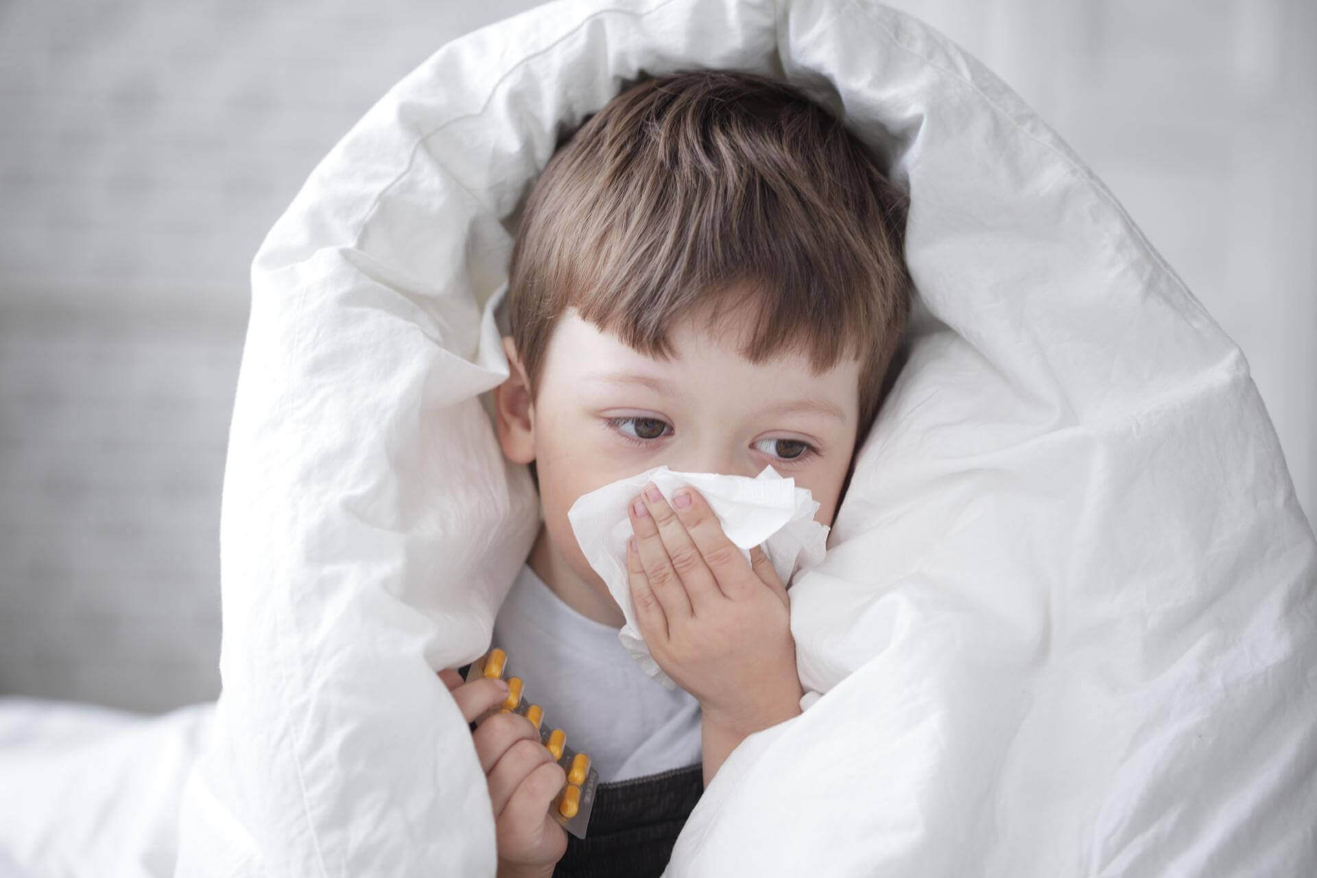 Первые признаки простуды у ребенка - чем лечить, медикаментозные и немедикаментозные средства