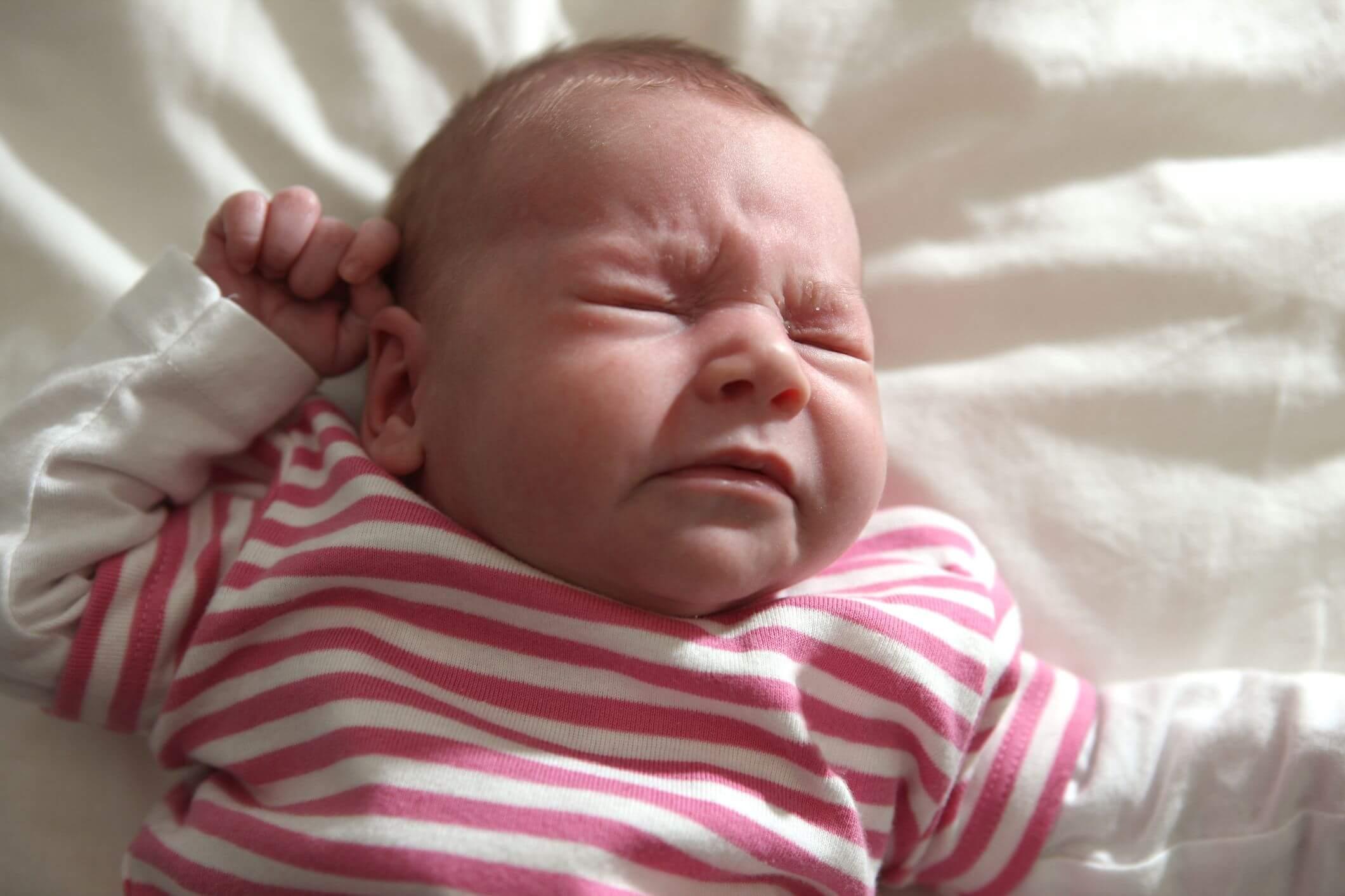 Новорожденный чихает