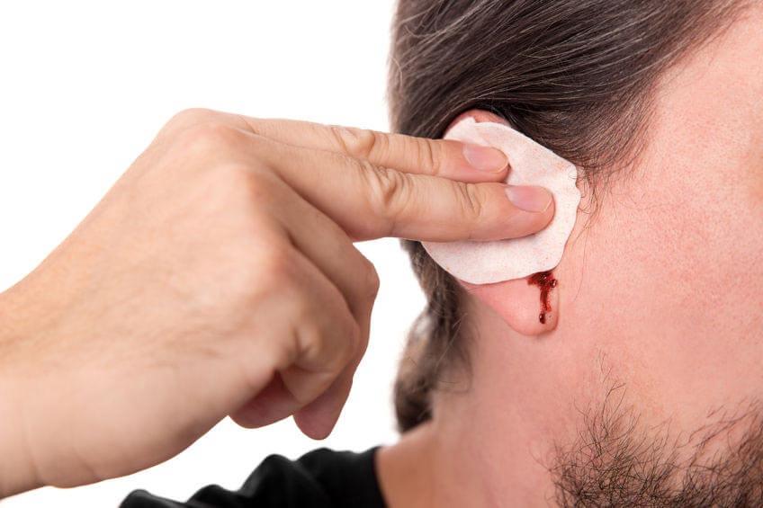 Травматические и патологические причины крови из уха, методы лечения и способы профилактики