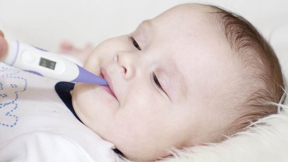 Измерять температуру ребенку